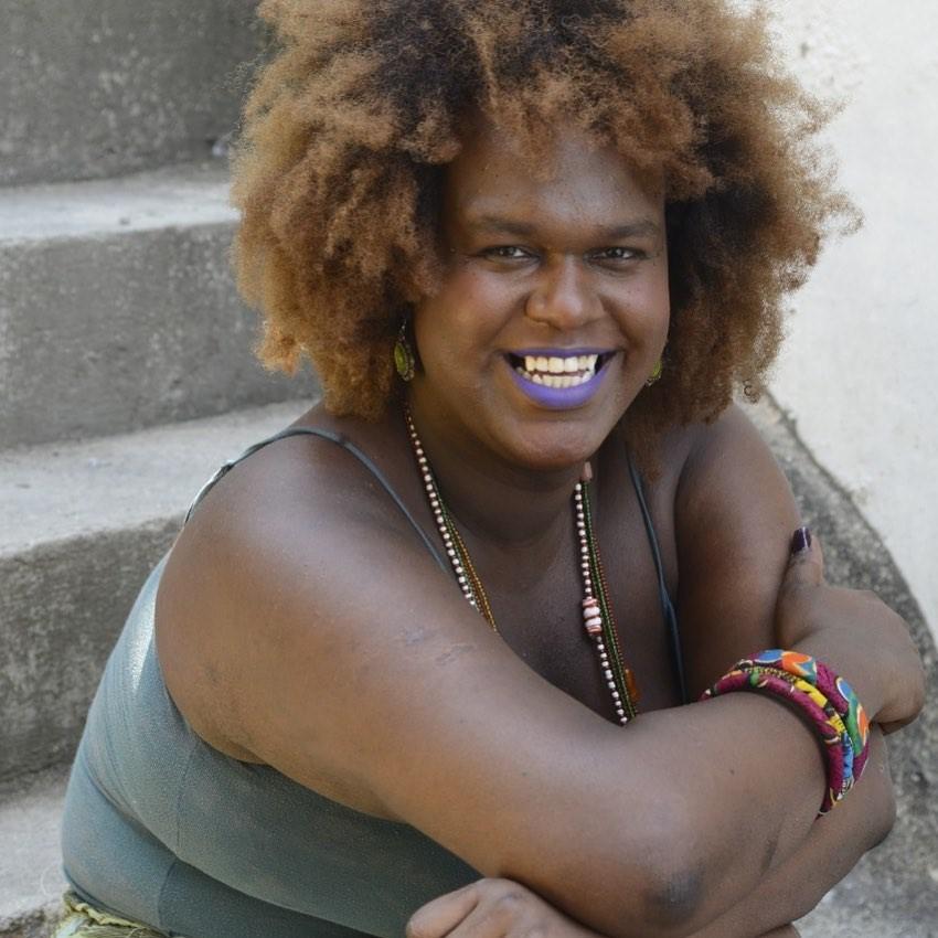 Mulher posando para foto  Descrição gerada automaticamente